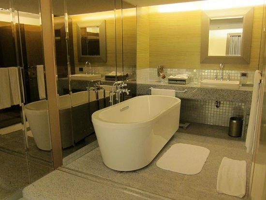 The Landis Taipei: Corner Suite (bathroom)