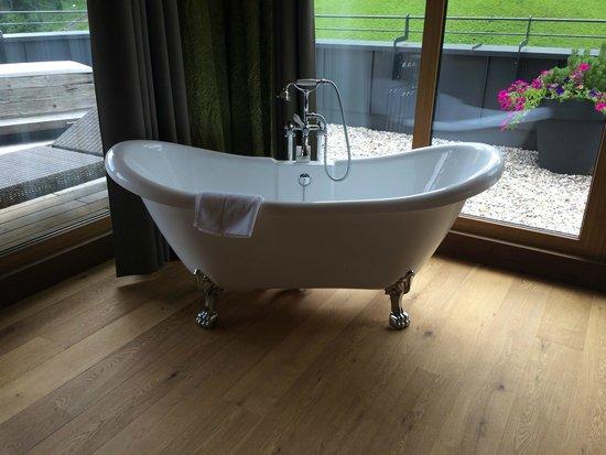 Das.Goldberg : Badewanne im Zimmer