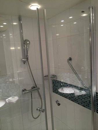 Holiday Inn Express Paris-Canal de la Villette: The well appointed shower