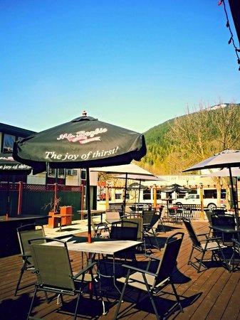 Powder Springs Inn: Patio, guests receive 15% discount off food orders