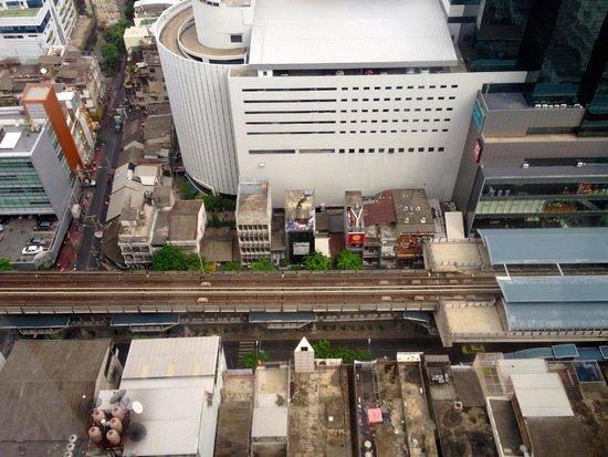 Crowne Plaza Bangkok Lumpini Park: 眺望 眼下にBTS