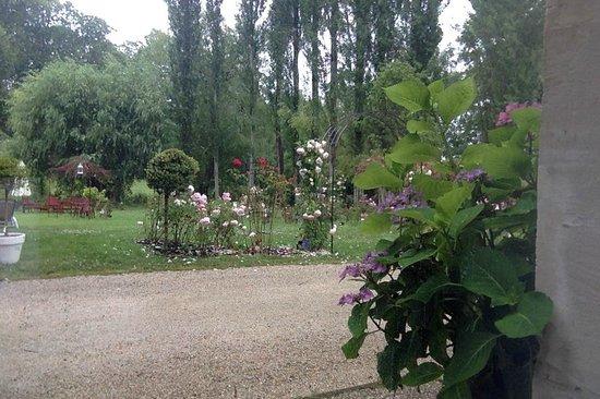 Hotel Chateau De Bellefontaine: The beautiful garden