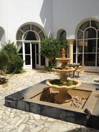Ramada Liberty Resort Hotel: Courtyard in Hotel