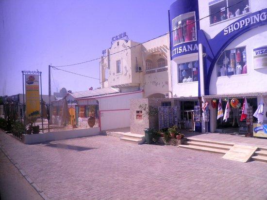 Hotel Djerba Haroun: Supermarket opposite hotel
