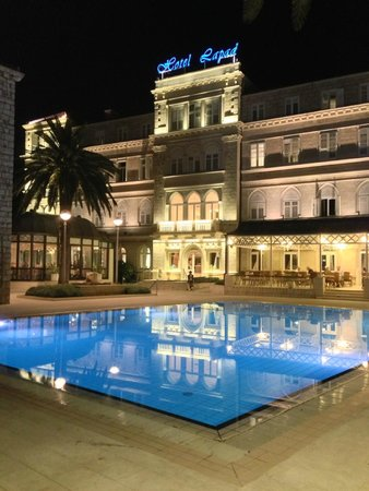 Hotel Lapad: Hotel and the garden/pool at night