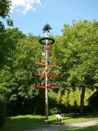 La Colline aux Oiseaux: l'arbre de mai