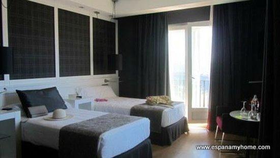 Hotel Catalonia Reina Victoria Wellness & Spa: Вид на комнату и выход на террасу