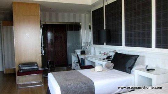 Hotel Catalonia Reina Victoria Wellness & Spa: Вид на комнату.