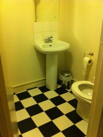 Ferryman Hotel: Baño