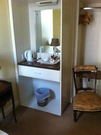 Ferryman Hotel : Armario y kettle