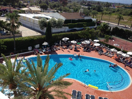 Hotel Marina Delfin Verde: Notice the disco sign on the building behind the pool
