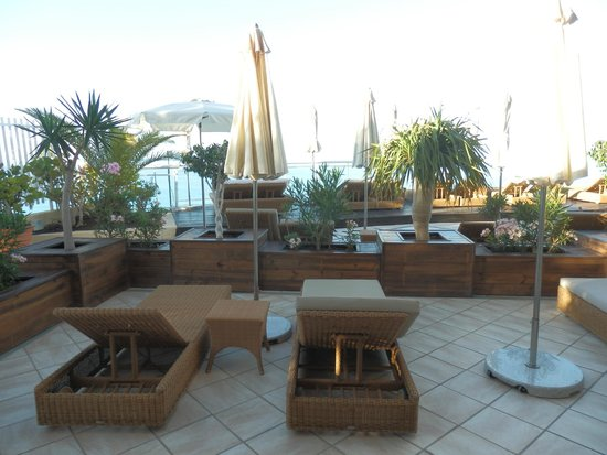 XQ El Palacete: Suite 55 terrace and loungers (4 loungers, 2 chairs, 2 umbrellas!)
