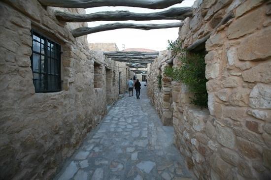 Taybet Zaman Hotel and Resort : cobblestone hallways