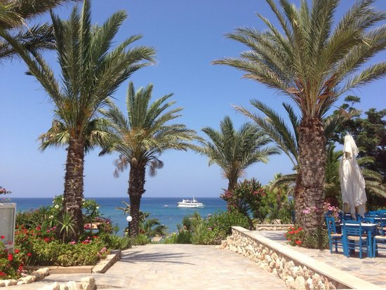 Crystal Springs Beach Hotel: Path to gardens and sea