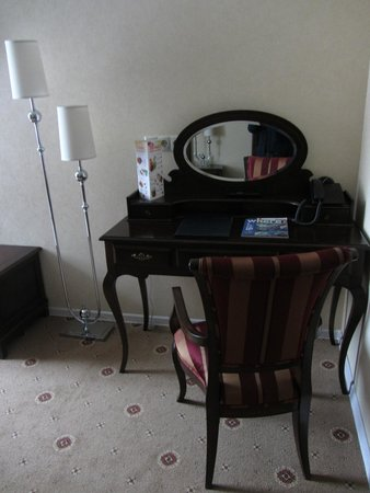 Pushkin Hotel: Dressing table with mirror