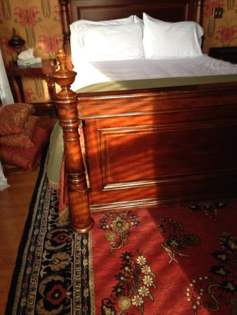 Historic Webster House: Afternoon sunlight on bed in room