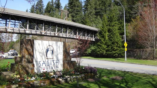 Salish Lodge & Spa: Front of the hotel
