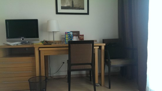 Residhome Paris Massy : Usual work desk, with small dining table beneath