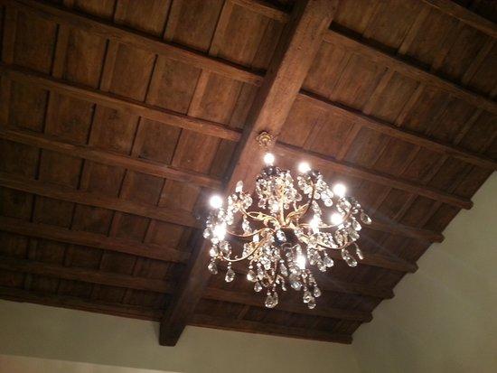 B&B Little Queen: потолок в холле