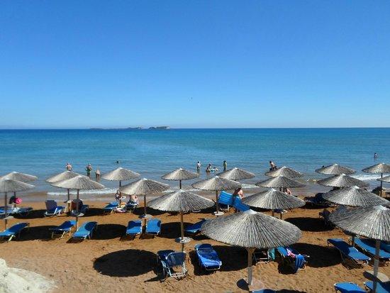 Cephalonia Palace Hotel: Spiaggia e ombrelloni a pagamento