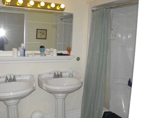 The Parrsboro Mansion Inn: Bathroom with double sink