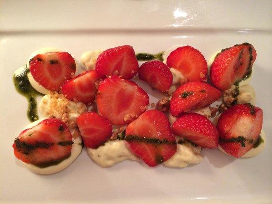 Le Verre y Table: Fraises, mousse de rhubarbe, crémeux chocolat blanc