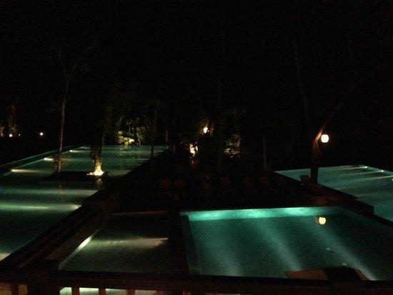 Loi Suites Iguazu : las piletas iluminadas por la noche