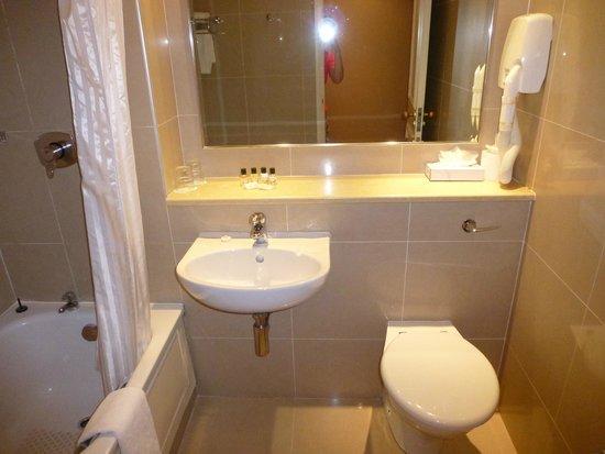 Victoria Hotel: Baño