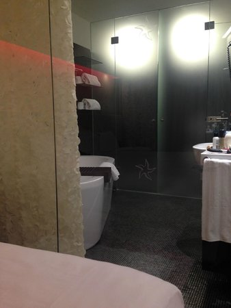 IBEROSTAR Grand Hotel Budapest: Bathroom, as seen from bedroom