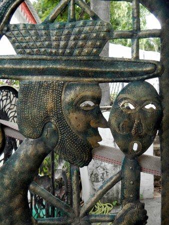 Hotel Oloffson: Detail metal gate... Haitian art