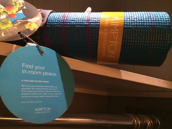 Kimpton Onyx Hotel: Yoga mat in the room - I don't practice, but nice touch!