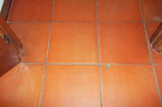 Algardia Apartments: Cracked floor tiles