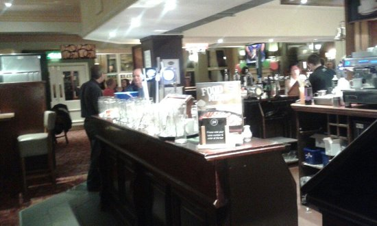 Neath, UK: Bar full of dirty glasse