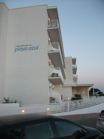 Hotel Playa Azul: Front of Hotel