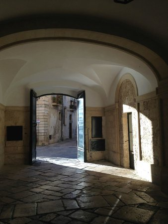B&B Palazzo Bernardini : Entry way to the courtyard on a sunny Sunday afternoon