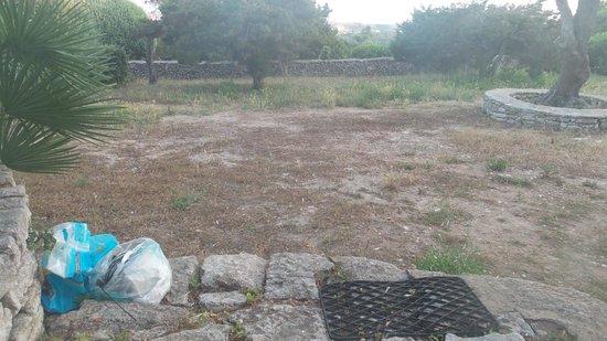 Résidence Terra Marina : vue sur Bonifacio de la terrasse, sacs laissés par jardinier