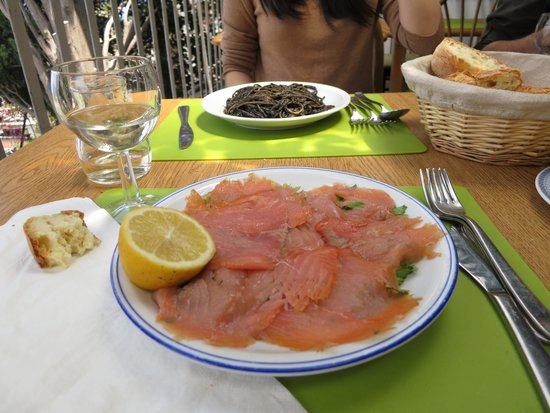 Ristorante Bella Blu: smoked salmon and pasta with squid ink