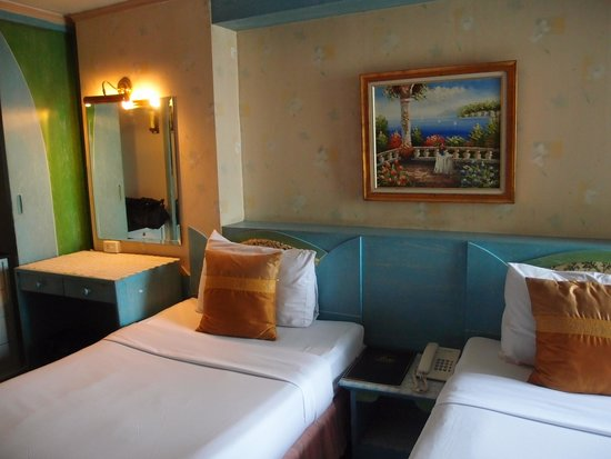 Nasa Vegas Hotel: 雙床房, 只得床旁的梳妝台燈及一盞小射燈, 所以房間很黑, 房間地毯有霉味