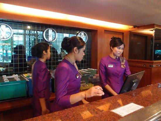 Nasa Vegas Hotel: 台前職員穿著整齊泰式制服, 看似專業, 可惜笑容欠奉