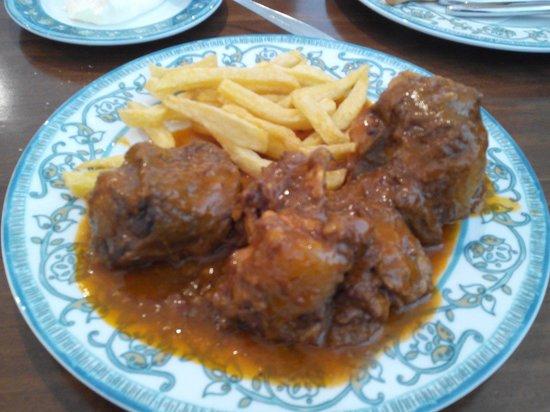 Restaurant Torres.: Rabo de toro con patatas fritas naturales.