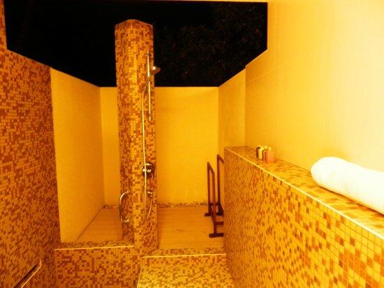 Holiday Inn Resort Kandooma Maldives : open air bathroom