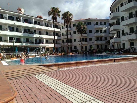 Il complesso e la piscina picture of apartamentos las for Apartamentos jardin del atlantico playa del ingles