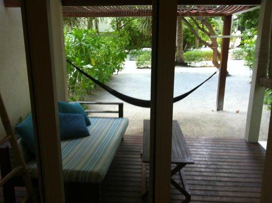 Holiday Inn Resort Kandooma Maldives : porch/balcony
