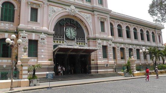 Ha My 3 Hotel: Центральная почта Хошимина недалеко от отеля. Отправляли кофе в Россию - 10 кг 2000 рублей ;)