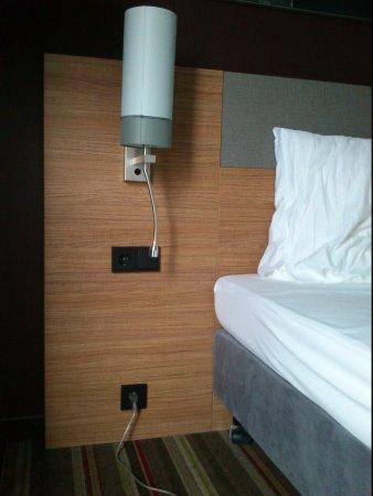 Leonardo Hotel Volklingen-Saarbrucken: etrange : il manque la table de nuit