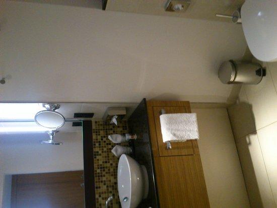 Leonardo Hotel Völklingen: salle de bain un peu petite