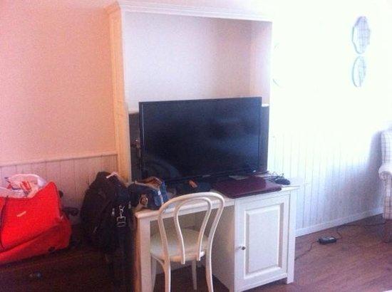 PortAventura Hotel Gold River: Абсолютно нефункциональный письменный стол, на котором стоит телевизор, занимая все место