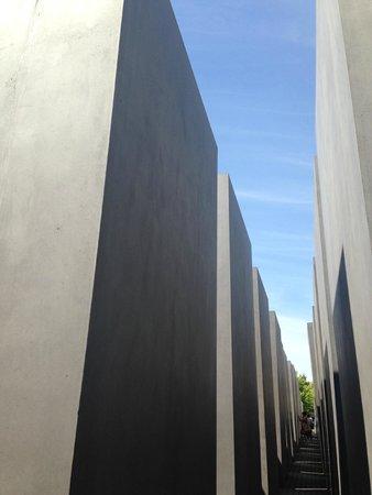 Holocaust-Mahnmal (Denkmal für die ermordeten Juden Europas): Towering giant slabs