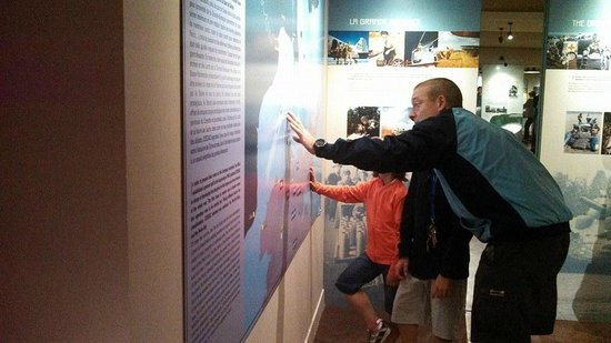 Musée Mémorial de la Bataille de Normandie : Father teaching his children about their history