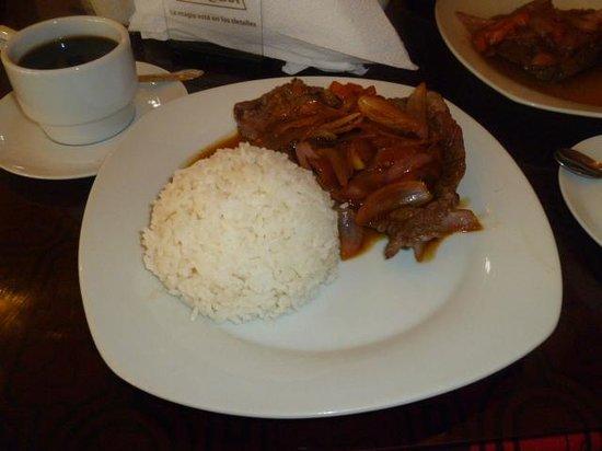 Huasai Restaurant: Bistec encebollado con arroz para el desayuno